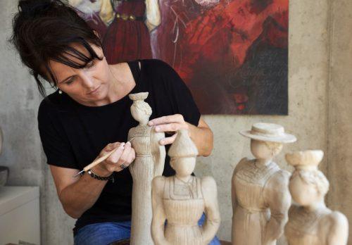 """""""Kreativität auf die Leinwand zu bringen oder aus Ton zu modellieren übt auf mich einen ganz besonderen Reiz aus"""", so Simone Gmeiner-Stadelmann."""