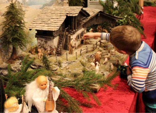 Krippeler stehen im Mittelpunkt des Hohenweiler Weihnachtsmarktes. STRAUSS