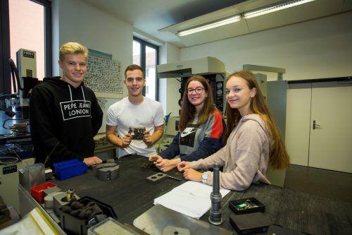 Lennart, Maid, Selina und Sabrina (v.l.) verstehen sich bestens. Sie besuchen die dritte Klasse im Bereich Maschinenbau. VN/paulitsch