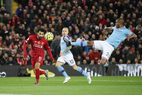 Liverpools Mohamed Salah (l.) erzielt per Kopf den zweiten Treffer.Reuters