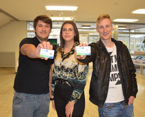 Mateo Hodzic, Lina Fiel und Tobias Rathgeb (v.l.) dürfen sich zertifizierte Ausbildungsbotschafter nennen, wie auch der Ausweis belegt.