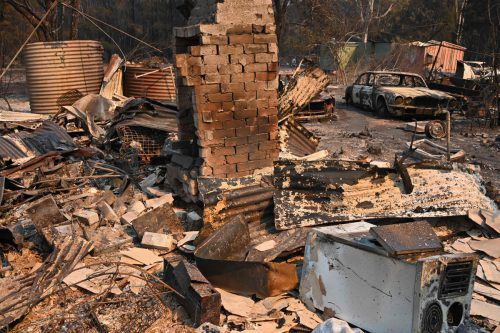Mehr als 150 Häuser wurden bereits durch die Flammen zerstört. AFP