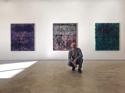 """""""Meine Werke sind eng mit dem Verstreichen der Zeit verbunden"""", sagt der italienische Künstler Ivan De Menis, dem in Hard zu begegnen ist. Hutz"""