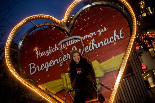 Michaela aus Bregenz hat bereits ihr Lieblingsfotomotiv auf dem Weihnachtsmarkt entdeckt. VN/Paulitsch
