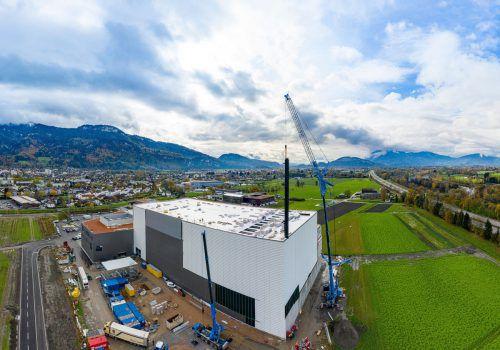 Millimeterarbeit mit riesigen Bauteilen leisteten die Spezialisten beim Fertigstellen des Grass-Hochregals in Hohenems. Fa