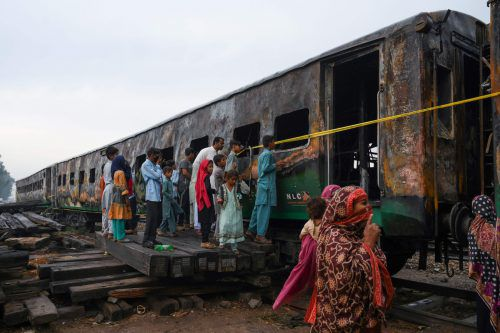 Mindestens drei Eisenbahnwaggons waren in Brand geraten. AFP