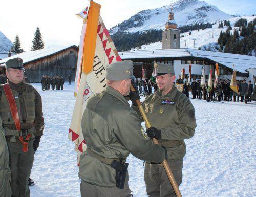Oberstleutnant Michael Köck nahm anlässlich der Kommandoübergabe die Fahne vonBrigadier Hans Gaiswinkler mit Freude entgegen. VN/JS