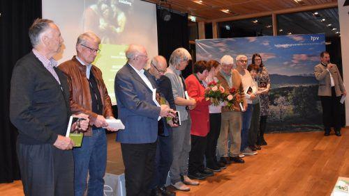 Obmann Richard Bilgeri (r.) bedankte sich bei den Autoren der neuen Ausgabe des Bregenzerwald-Hefts. MO