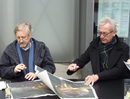 """Peter Fischli wird eine Ausstellung realisieren. Er hat einst mit David Weiss an der Aktion """"Kunst erleben und sammeln"""" der Vorarlberger Nachrichten und des KUB mitgewirkt. Das Bild entstand bei der Signaturstunde vor dem Kunsthaus. VN/Dietrich"""