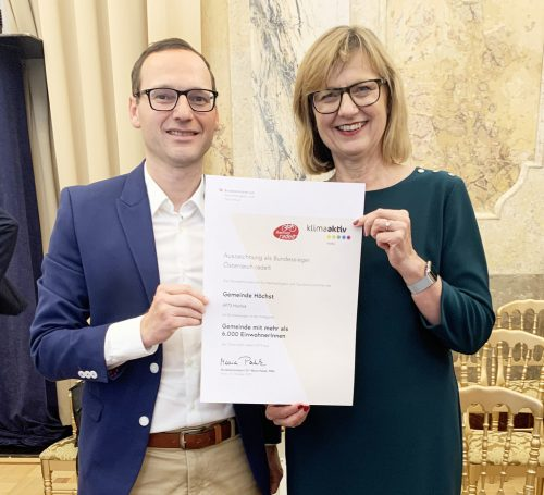 Radler-Bundessieg für Höchst: Ministerin DI Maria Patek mit dem Amtsleiter der Gemeinde Höchst, Mag. Alexander Thaler.