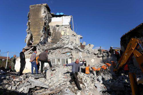 Rettungskräfte versuchen in Thumane, nordwestlich von Tirana, nach dem schwersten Erdbeben seit Jahrzehnten Verschüttete zu bergen. AFP