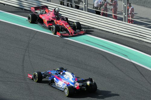 Sebastian Vettel landet nach Kurve 19 in den Leitplanken, Daniil Kvyat passiert die Unfallstelle.ap