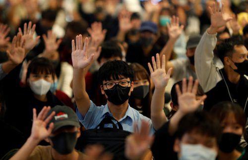 Seit Monaten kommt es in der chinesischen Sonderverwaltungsregion zu Protesten. Das Bild zeigt eine Demo in einem Einkaufszentrum. reuters