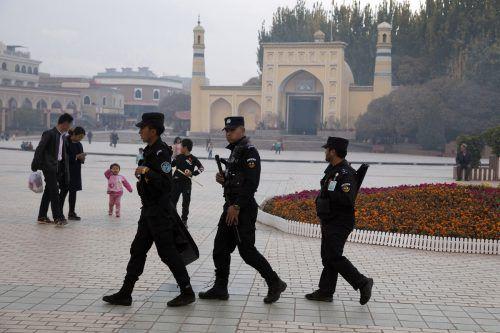 Sicherheitskräfte patrouillieren nahe einer Moschee in der Stadt Kashgar in Xinjiang. AP