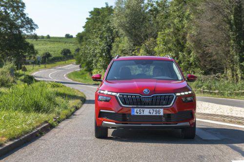 Skoda nimmt einen 1,5-Liter-Benziner in das Motorenprogramm der Modelle Scala und Kamiq (Bild) auf. Der Vierzylinder-Turbo mit 150 PS Leistung ist aus verschiedenen Fahrzeugen des Volkswagen-Konzerns bekannt und soll dank Zylinderabschaltung in der Kompakt-Limousine und dem Mini-SUV mit rund 5 Litern Kraftstoff auskommen.