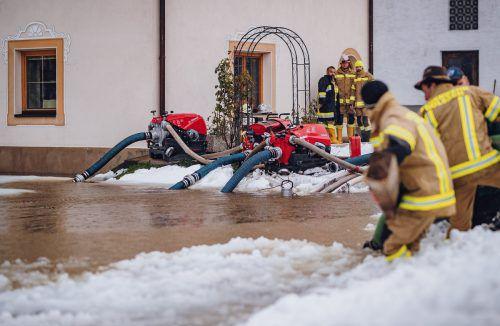 Starkregen und Schneefall sorgten am Wochenende für Ausnahmezustand. Feuerwehren waren wie hier in Dölsach in Osttirol im Dauereinsatz. APA