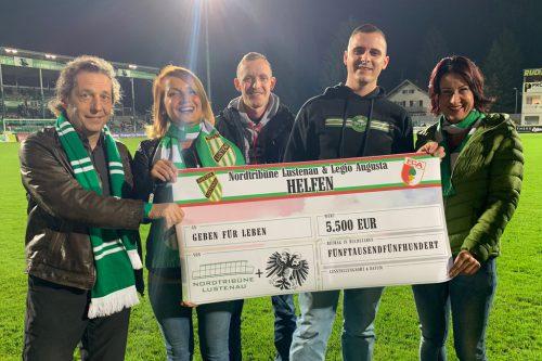 Susanne Marosch (rechts) nahm den Scheck über 5500 Euro entgegen.gächter