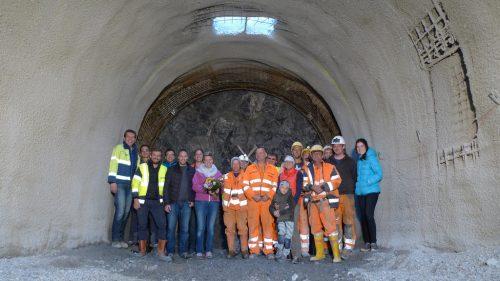 Tunnelpatin Heidi Burtscher (3. v. l.) mit ÖBB-Verantwortlichen und Vertretern der ausführenden Firma vor dem Tunneleingang. ÖBB