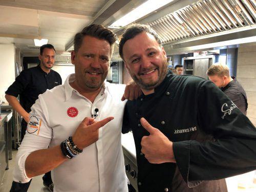 """TV-Koch Mike Süsser (l.) und der Vorarlberger Koch Johannes Hirtl während der Dreahrbeiten zu """"Mein Lokal, Dein Lokal"""" im Allgäu."""