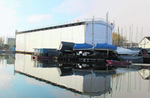 Über das Dach der Einhausung werden die Einzelteile des neuen Erdgas-Fährschiffes auf die Slipanlage der Fußacher Werft eingehoben. GG