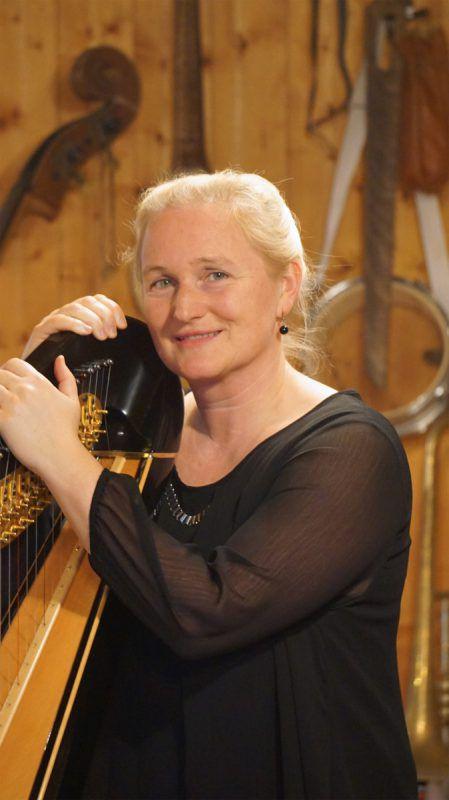 Ulrike Neubacher hat mit fünf Jahren mit dem Harfenspiel begonnen und ist seit 2006 Musikerin im SOV. Neubacher