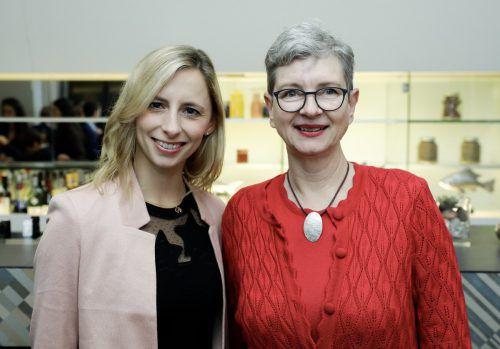 Ulrike Willam-Kinz (r.) mit der Vorarlbergerin des Jahres 2013, Caroline Weber.