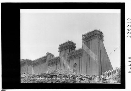 Um die benötigten Betonmengen herstellen zu können, musste ein Betonturm errichtet werden, mit dem pro Tag 4000 m³ Beton hergestellt werden konnten.
