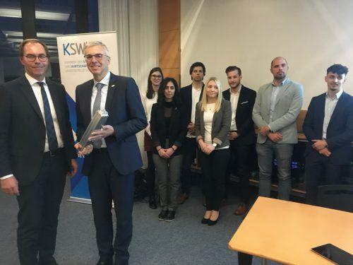 V. l. Steuerberater-Präs. Jürgen Reiner, Fachbereichsleiter Markus Ilg mit Pokal und die ausgezeichneten Studenten.VN-sca
