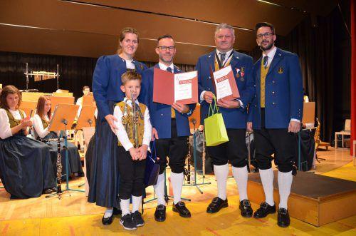 Vizeobfrau Alexandra Müller, die beiden Jubilare Alexander Halbeisen (mit Sohn) und Dietmar Walser sowie Obmann Simon Thöni. EGLE