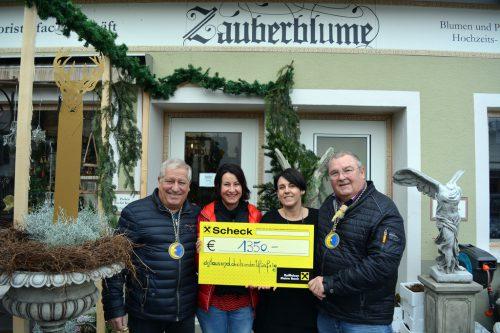 V.l.: Armin Kleiner mit der Susanne Marosch (Obfrau Verein Geben für Leben), Melanie Kuster-Knauth (Inhaberin Zauberblume) und Harald Kaufmann (Mufänger 11er-Rat-Mitglied).Hardar Mufängar