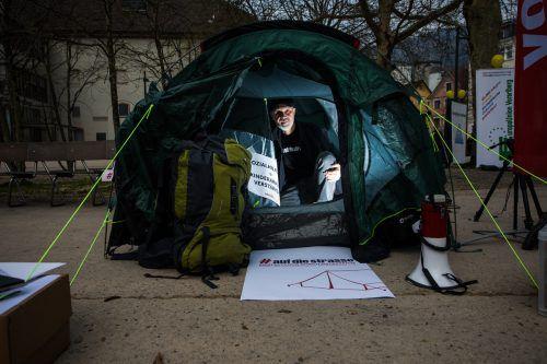 Volkshilfe-Direktor Erich Fenninger demonstrierte im April gegen die neue Sozialhilfe. Aus Protest übernachtete er unter anderem in Dornbirn in einem Zelt. VN