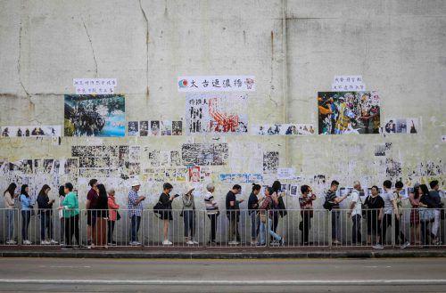 Vor den Wahllokalen in der chinesischen Sonderverwaltungsregion bildeten sich teilweise sehr lange Schlangen.AFP