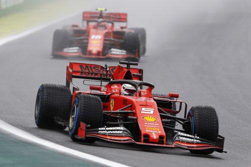 Während Sebastian Vettel auf einen Sieg in seinem 100. Rennen für Ferrari hoffen darf, wurde Teamkollege Charles Leclerc (hinten) zurückversetzt.AFP