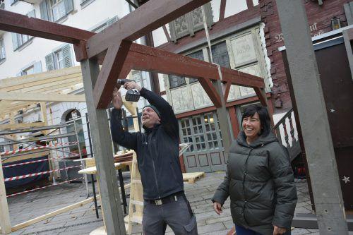Weihnachtsmarkthändler wieSabine Strasser bauen ihre Häuschen auf. eh