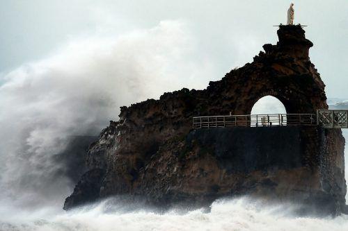 """Wellen brechen am """"Rocher de La Vierge"""" an der Küste von Biarritz. AFP"""