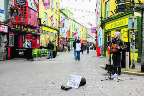 Wenn es nicht regnet, findet man überall in der Stadt Straßenmusikanten, die Galway erklingen lassen. shutterstock
