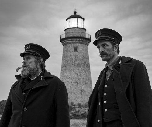Willem Dafoe und Robert Pattinson zwischen Wellen und Wahnsinn. ap