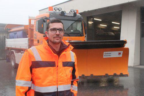 Winterdienstfahrer Gabriel Kessler aus Klösterle hat sein tonnenschweres Arbeitsgerät perfekt im Griff. VN/JS