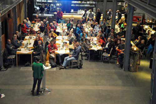 Zahlreiche Mitglieder des Alpenvereins sind zur Jahreshauptversammlung in die inatura gekommen. lcf