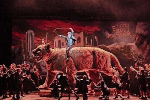"""Zu Ehren kommt auch etwa eine über die Bühne geführte Riesen-Raubkatze, mit der an das barocke """"Maschinentheater"""" erinnert wird. Opernhaus/Prammer"""