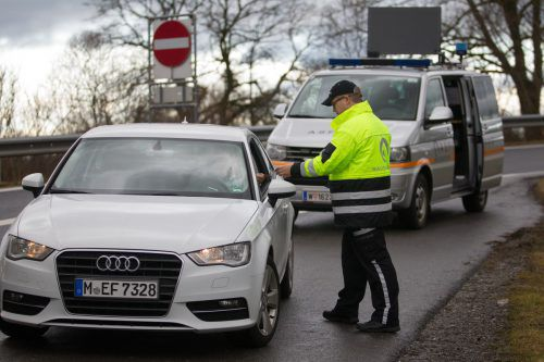 Achtung, Kontrolle! Österreichweit müssen pro Jahr rund 200.000 Vignettensünder eine Ersatzmaut zahlen. Bei Autos sind das 120 Euro. VN