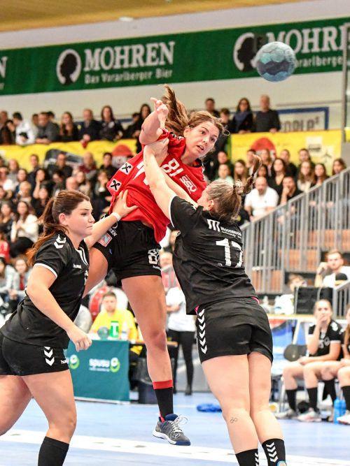 Adriana Marksteiner (M.) war mit zehn Toren für den SSV Dornbirn Schoren die ganz große Stütze beim Cupsieg in Bregenz.VN/Lerch