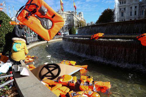 Aktivisten werfen Rettungswesten in den Madrider Cibeles Brunnen. Reuters