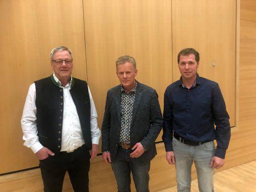 Altbürgermeister Heinz Ludescher, der neue Bürgermeister Gerold Welte und sein Stellvertreter Daniel Lins. VN/Schweigkofler