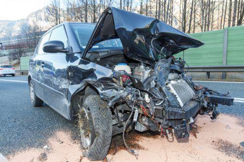 An den beiden unfallbeteiligten Fahrzeugen entstand erheblicher Sachschaden. hofmeister