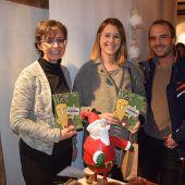 """<p class=""""caption"""">Andrea und Angelika mit dem neuen Götzner Kochbuch.</p>"""