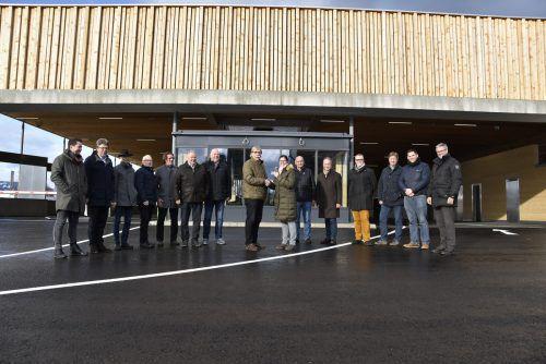 Architekt Christian Lenz übergibt die erste Zutrittskarte zum ASZ Vorderland an Verbandsobfrau Katharina Wöß-Krall.Regio Vorderland