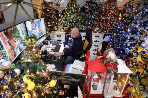 Auch im Badezimmer und im Büro des Weihnachtsfans Thomas Jeromin stehen geschmückte Weihnachtsbäume. AFP