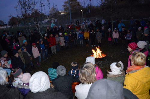 Auf dem Programm standen ein Feuertanz, ein Feuerlied und -gedicht in und rund um den Holzhof an der Schule am See.