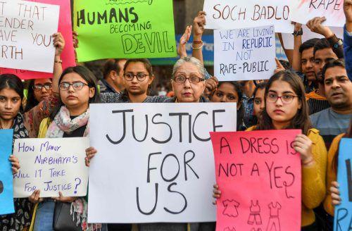 Aufgebrachte Menschen demonstrierten vor einer Polizeistation. AFP